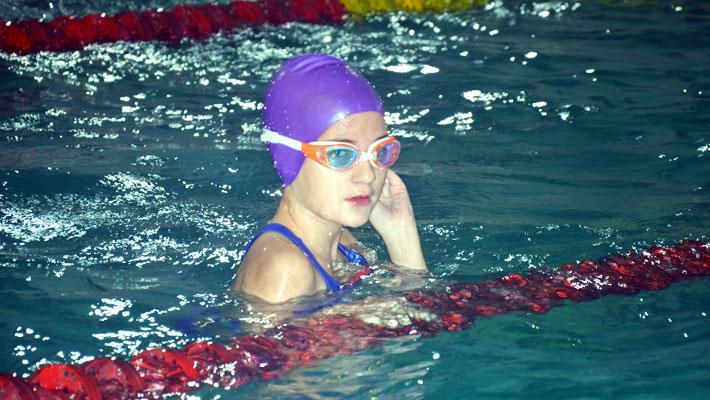 Спортсмены на соревнованиях по плаванию